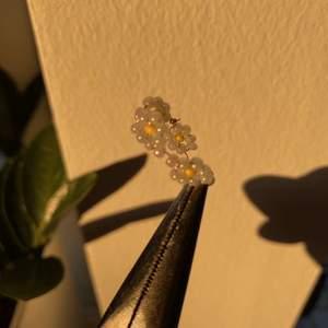 anpassningsbara handgjorda ringar säljes<3  alla ringar finns i rosa, vit och blå  storlek: anpassar för köparen kostnad: 39kr för en 70kr för två  kontakta om intresserad pris går att diskutera  samfraktsalternativ finns även mötas i Blekinge  #linkzeldavintage #handgjord #ringar #ring #smycke #guldigt #blomma #trend #rosa #blå #vit #tråd #pärlband #ring
