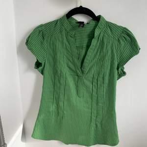 Såååå snygg grön randig skjorta😍💚 Den passar tyvärr inte mig och därför kan jag inte skicka en bild när den sitter på. Storlek 36. Fraktas för 30kr💚