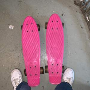 Jätte fin rosa Skateboard, köpta förra sommaren, använda men är forfarande i bra skick! Köpta för 250kr var! Båda för 300kr och 1 för 150kr!💗 (pris kan diskuteras)