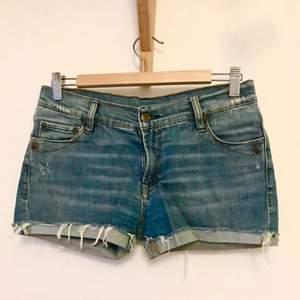 Snygga shorts från Gul & Blå! En blå Denim som inte helt framkommer på bild (kan skicka fler bilder i dagsljus). Mäter ca 38 cm i midjan. Så snygg tvätt med lite slitningar i. Kan mötas i Stockholm eller skicka mot fraktkostnad! ✨🌸✨