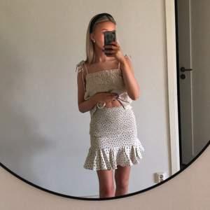 Jättefin kjol från monki köpt förra sommaren för 250. Aldrig använd o lappar kvar.  Köpare står för frakt på 66kr💖