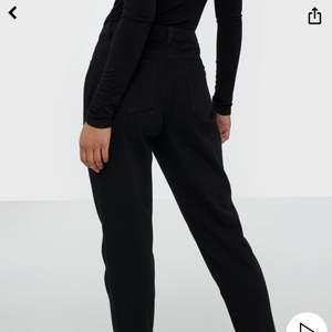 frakt ingår i pris!  riktigt snygga mom jeans från missguided. använda fåtal gånger, som nya! riktigt bekväma.