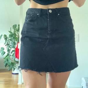 en svart kjol från h&m. jätteskön men använder inte längre.. säljer för 60kr, frakt tillkommer! storlek 36!