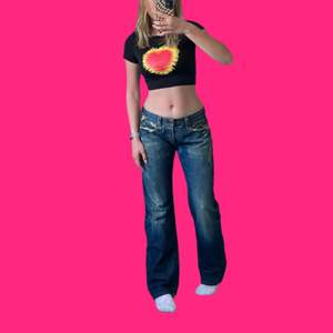 Skitsnygga vintage jeans från Replay. Lägger upp annonsen igen pga oseriösa köpare. Lowwaisted med perfekt rak passform. Storleken uppskattas passa mellan 34 o 38. Pris exklusive frakt!💖🤠👍🏼