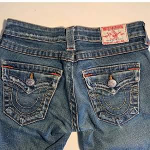 lågmidjade bootcut jeans från true religion, är tyvärr för små för mig! köpa på plick. de två första bilderna är den tidigare säljaren och kan såklart skicka fler (lite mörkare än de verkar på de två första)