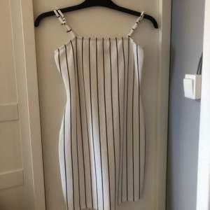 Säljer min fina klänning som passar jättebra till sommaren. Jättefint skick och ganska så stretchig. Kontackta gärna vid intresse💕