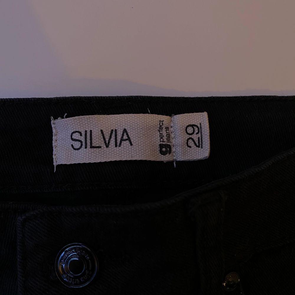 Svarta tighta jeans, använda två gånger. Varken hög eller lågmidjade. Bara att skriva vid intresse, frågor eller önskan om fler bilder. Endast post och Swish!. Jeans & Byxor.