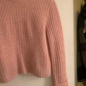 Jättefin rosa stickad tröja med randigt mönster, sparsamt använd!