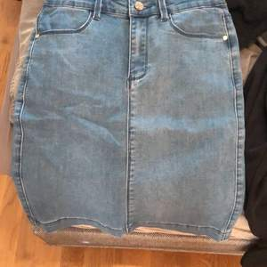 En vanlig blå jeans kjol utan fick på rumpan st xs men passar S och en liten M kjolen är väldigt stretchig