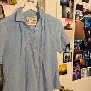 Kortarmad skjorta från Bondelid. Köpt secondhand men i superbra skick. Passar mer som en XS än S. Frakt tillkommer