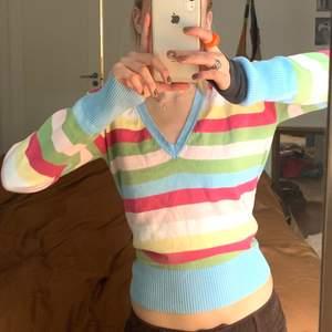 Färgglad tröja ifrån casall köpt secondhand men kommer tyvärr inte till användning❤️