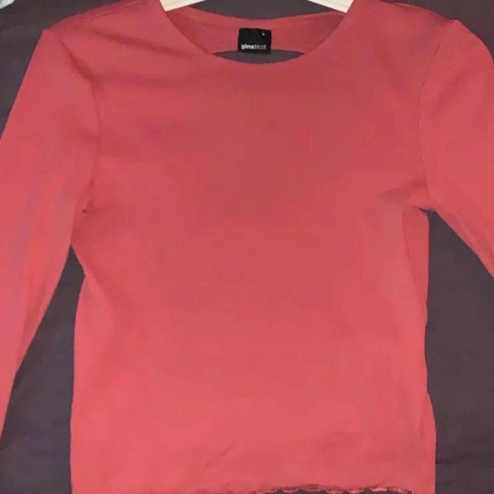 Jättesöt rosa tröja från Gina. Använt Max 2 gånger , precis som ny. (Nypris = 200kr) Pris : 90kr+ frakt . Tröjor & Koftor.