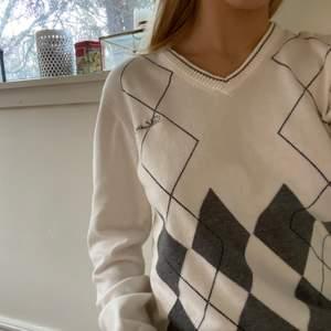 Rutig långärmad tröja i storlek S men coolt tryck på baksidan😊superfint skick då jag säljer den för jag inte andvänder den💕skulle säga att den passar XS och M också beroende på hur man vill att den ska sitta