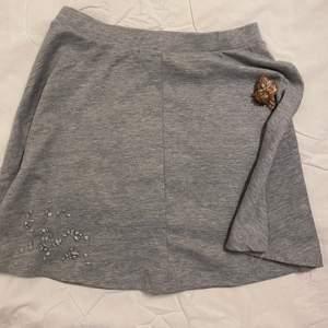 Superfin grå kjol som är mjuk i material,  jag har använt den fåtal gånger i storlek S