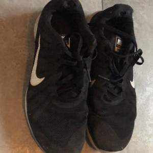 Säljer mina Nike skor då de inte kommer till användning lite sönder vid knäna som man kan se på bilden och därav de låga priset, frakt tillkommer 🚚 ❤️