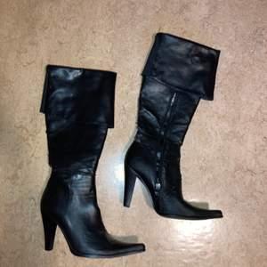 Svarta snygga boots med klack. Strl 37/38. Tyvärr väldigt slitna:( men inget man märker när man använder dom.