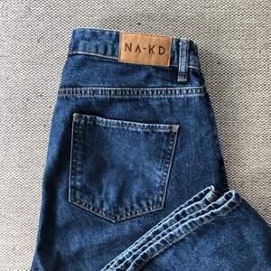 Sjukt snygga och SÅ sköna jeans i väldigt bra kvalitet från NA-KD köpta för 499 kr. Endast använda en gång och sitter så snyggt men säljer då jag tycker de är lite för korta i benen för mig som är 180 🥺 Passar 38/40. Köparen står för frakt 🤍