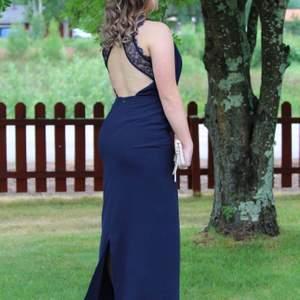 Säljer nu min fina marinblåa balklänning ifrån Nelly.com  Endast använd 1 gång.  Strl 38