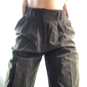 Mörkgröna kostymbyxor i ett jätteskönt filttyg. Toppenskick! Frakt: 66kr💕