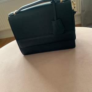Väskan är inköpt i London, är andvänt. Men fortfarande i fint skick.