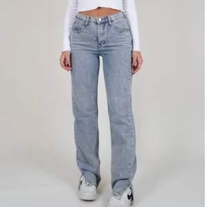 Jag säljer dessa trendiga jeans med slits. Aldrig använda då jag köpte fel storlek, prislapp kvar! Jag köpte de för 615kr.  Budgivning. Högsta bud 520kr!