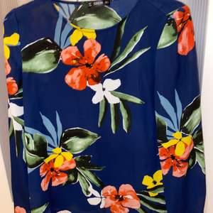 Marinblå blommig blus från Shein i strl s.köparen står för frakten✨😁