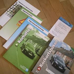 Fem olika böcker för att plugga körkortsteori! Texter, frågor, bilder, plugghäfte, vägmärken och hela säkerhetskontrollen såklart! Skrivboken och checklistan är inte skrivna i. Så allt är som nytt! Allt sammanlagt nytt kostar runt 700kr. Jag säljer för 450 inklusive frakt!