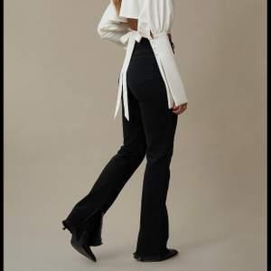 Jättefina jeans med slits längst ner. Sköna och bra passform. Hanna Schönbergs kollektion med Na-kd. Helt slutsålda på hemsidan. Använda men bra skick, stl 38. Lagom långa på mig som e 171.
