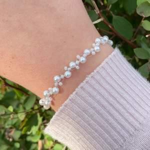 ✨Handgjort armband med vita pärlor✨ Gjort med koppartråd ✨ Görs i önskad längd ✨ 45kr✨
