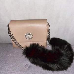 Superfin väska från Kenzas egna märke IVYREVEL. Väskan är i färgen smuts rosa/gammeldags rosa. Den svarta axelremmen är aldrig använd utan sattes på enbart för bilden, väskan är enbart använd vid ett tillfälle (bröllop). (Ordpris, 1000kr)