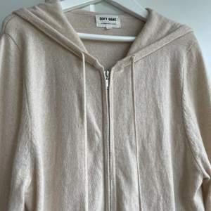 Jag säljer nu min fina zip-hoodie ifrån soft goat. Jätte fin och bra kvalitet men kommer tyvärr inte till användning. Färgen är också slutsåld och finns inte längre på hemsidan. 💘 Pris kan diskuteras!