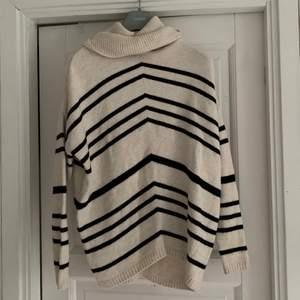 Säljer den slutsålda randiga tröjan från object i storlek M. Stickad randig tröja med polokrage, använt endast ett fåtal gånger ❤️ Hör av er vid intresse eller vid fler bilder