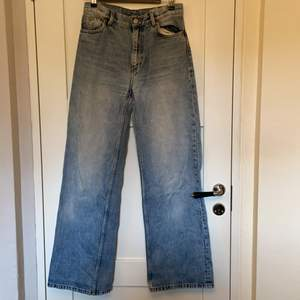 Skitsnygga ljusa raka jeans från Monki