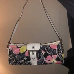 Supersöt nine west väska i väldigt bra skick. Kommer med en liten söt portmonnän / plånbok. Lite vintage / retro stil med söta blommor o mönster. Frakt ingår