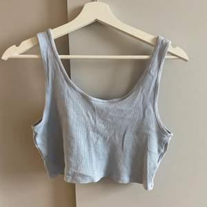 Blått croppat linne från Gina Tricot i storlek L och i nyskick