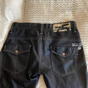 Vintage jeans. Midjemått: 87cm i omkrets & innerbenslängd: 91cm. Frakt tillkommer, hör gärna av dig vid frågor!