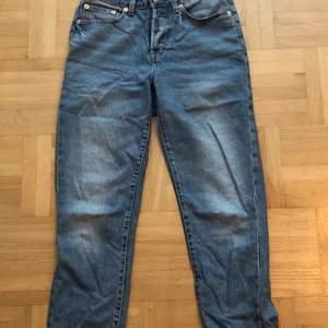 Lager 157 jeans som jag har gjort en slits på. Tyvärr är de för korta på mig som är 173 cm lång. Den tredje bilden är en bild på hur jeansen skulle se ut på någon som är lite kortare. Hör av dig om du är intresserad av att köpa eller undrar något💕☺️