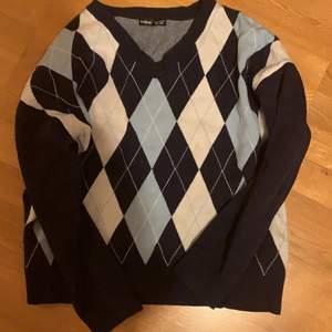 Så söt argyle tröja från Shein som jag köpte för drygt ett år sen men har bara använt ungefär 4 gånger. Materialet är så skönt och jättemysigt. Inte riktigt min stil längre så jag säger hejdå till den :( Org pris 200kr.