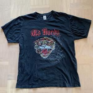 Ed hardy tshirt köpt här på plick👕                                            Frakt 66kr i postnord appen spårbar🛩                                       Kan också mötas i Stockholm🏢