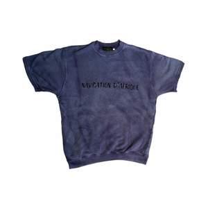 Om man skulle sätta ihop den perfekta 90s outfiten hade denna tröja definitivt varit med! Cool lila färg med lite tur Dyed mönster. Ganska tjock. Köpt från tjmaxx i USA.