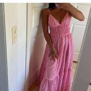 SÖKER!! Denna klänning från h&m i storlek 34-38. Dm om pris