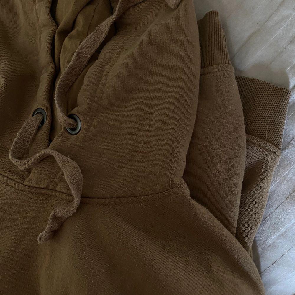Säljer nu min hoodie då den aldrig kommer till användning!. Huvtröjor & Träningströjor.