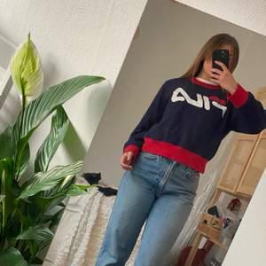 Mycket sparsamt använd sweatshirt från FILA i skönt material. Står XL på lappen men tror ev. Den är en barn XL! Skulle säga mer som en S/M