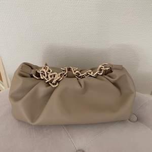 Så himla fin väska från Nakd, men som tyvärr aldrig kommer till användning. Helt i nyskick! nypris 399😇 (fraktkostnad tillkommer)