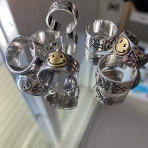 Sjukt coola smileyringar! Finns i silvrig och guldig smiley. De är justerbara och kostar 110kr + 11kr frakt!🤍 Finns många i lager!!!