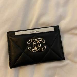 Säljer min fina Chanel 19 inspirerade korthållare. Aldrig använd och i toppkvalitet!!