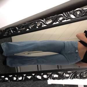 Ljusblå raka jeans köpta här på plick, vet inte vad det är för märke då lappen bak på byxan är borta. Storlek 36 och jag är 171 cm lång. Knappen sitter lite löst därav priset. Skriv privat om du har fler frågor💗