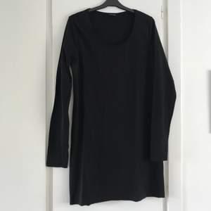 Svart kort mini-klänning från Gina Tricot med långa ärmar 🖤✨ Sitter tight och snyggt (sista bilden är jag i den under jackan), storlek XXL men mer som XL, kan funka på 42-46 i vanliga storlekar 🌸💖 Superfint skick, använd ett par gånger bara, som ny! Så snygg med en färgglad jacka, vita sneakers, eller coolt bälte i midjan 😍💕