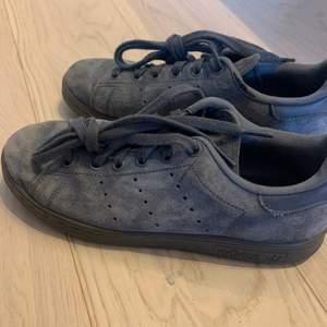 Adidas Stan Smiths, helt gråa i äkta mocka! Köpta från sneakersnstuff för 3 år sedan, nypris: 1100kr, är i bra skick!