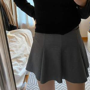 Grå plisserad kjol från bershka i storlek S. 10/10 skick. Köparen står för frakten💕